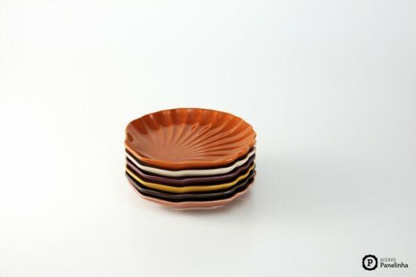 Prato de sobremesa em formato de concha, acompanha aparelho de jantar.